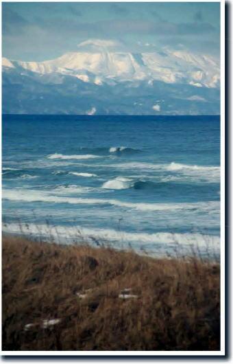 斜里の海岸と知床の山